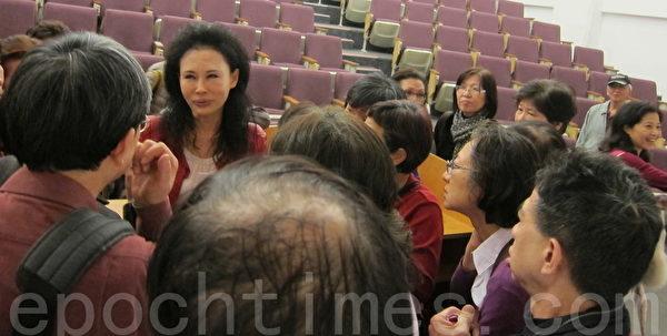 """台湾国立国父纪念馆邀请台湾毒物权威林杰梁遗孀、长庚医院毒物实验室护理师谭敦慈女士演讲""""无毒健康饮食"""",现场听众爆满。演讲结束后仍有许多听众留下来询问健康话题。(钟元/大纪元)"""