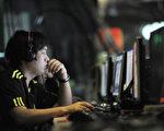 中共慣於審查媒體和網絡言論,包括最近發生的索尼被駭事件也遭過濾。圖為一名在網吧使用電腦的中國男子。(GOU YIGE / AFP)