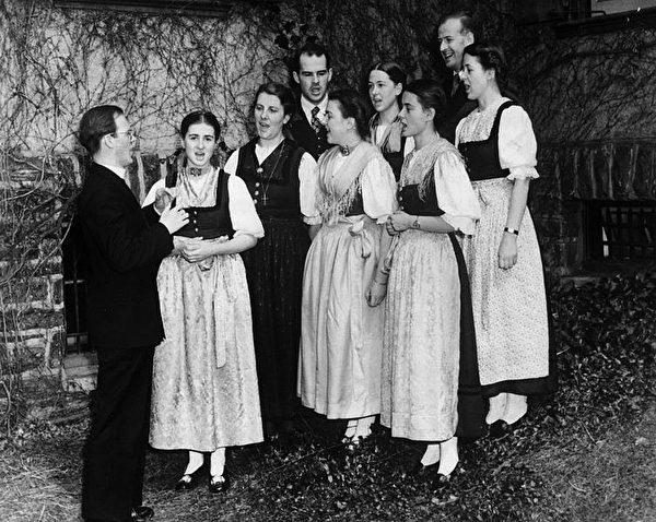 《音乐之声》人物原型之一玛丽亚‧冯‧特拉普于2月18日以99岁高龄去世,此前她是七人家庭合唱团唯一健在的一位。图为特拉普一家1941年在美国波士顿准备演出,左二为玛丽娅。(维基百科公共领域)