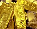 黃金今年以美元計價雖下跌近4%,但以歐元、日圓和盧布計價卻有不錯的投報率。圖為由瑞士銀行製造的金塊。(AFP)