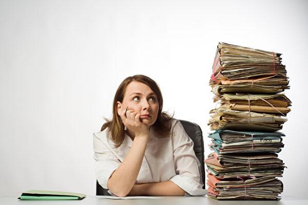每天要处理的杂事很多,我们常被这些琐事搞得心情很差,让工作无法专一。西蒙斯说,当一个时段只做一件事时,工作效率会变得很好。(Fotolia)