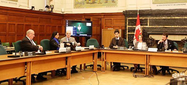继2013年2月5日国会的活摘器官听证会,隶属于加拿大国会外交委员会的国际人权委员会周二(10月21日)再度在渥太华国会大厦举行关于中共活体摘取法轮功学员器官的听证会。图为听证会上的部分加拿大国会议员。(梁耀/大纪元)