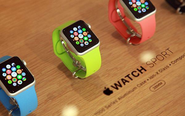 今年9月Apple Watch曾和iPhone 6一起登場,但是當時蘋果並沒有公布太多細節,Apple Watch預計2015年春天會推出。(LOIC VENANCE/AFP/Getty Images)