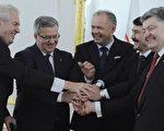 圖為11月16日,斯洛伐克、捷克、匈牙利、波蘭、德國、烏克蘭的六國總統齊聚斯洛伐克首都布拉迪斯拉發,紀念天鵝絨革命成功25週年。(SAMUEL KUBANI/AFP)