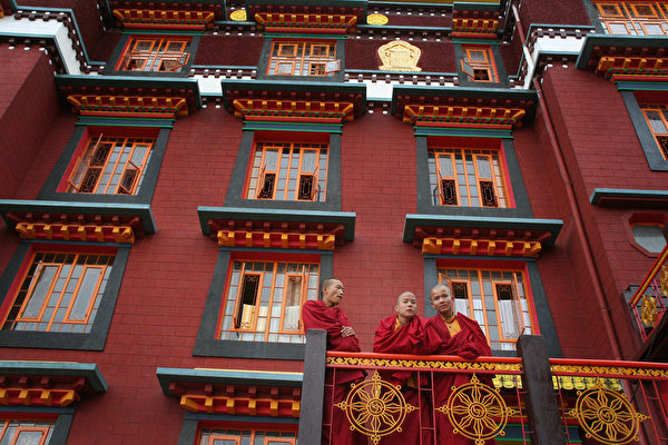 「卷福」中學畢業後曾到印度大吉嶺的藏傳佛教寺院教英語。圖為大吉嶺的一座寺院。(STRDEL/AFP/Getty Images)