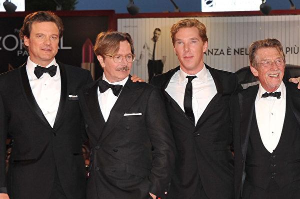 2011年,康伯巴奇在威尼斯影展《鍋匠,裁縫,士兵,間諜》首映式上與蓋瑞•歐德曼(中)、科林•費爾斯(左)及約翰•赫特合影。(Pascal Le Segretain/Getty Images)