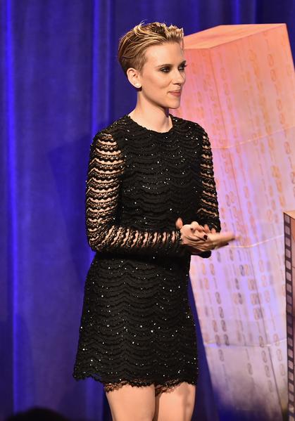 2014年12月1日,斯嘉麗•約翰遜擔任哥譚獨立電影獎頒獎嘉賓。(Theo Wargo/Getty Images for IFP)