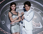 歌手吳克羣於12月3日與名模林葦茹在台北展演時尚錶款。(雅典錶提供)
