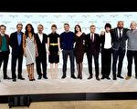 「007」系列新片導演門德斯(左四)與安德魯•斯科特(左一)、蕾雅•賽杜(左五)、丹尼爾•克雷格(中)、莫妮卡•貝魯奇(右五)、克里斯托弗•沃爾茲(右四)等眾卡司合影。(Dave J Hogan/Getty Images)