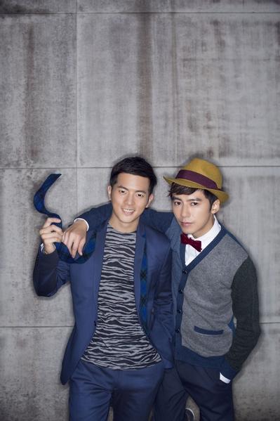 宥胜(左)及李国毅(右)拍照谈友情。(三立提供)