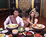 陈德烈与张景岚席地而坐大啖皇室大餐。(福斯国际电视网提供)