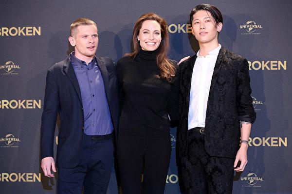 2014年11月27日,安吉丽娜•朱莉与主演杰克•奥康奈尔、雅-Miyavi(右)出席《坚不可摧》柏林首映式。(Adam Berry/Getty Images)