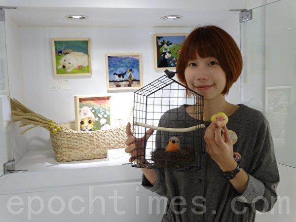 """七年级生的陈时瑀老师与她的作品""""家""""合影。(谢月琴/大纪元)"""