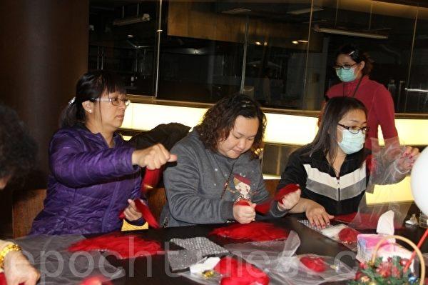 学员专注学习制作羊毛毡。(谢月琴/大纪元)