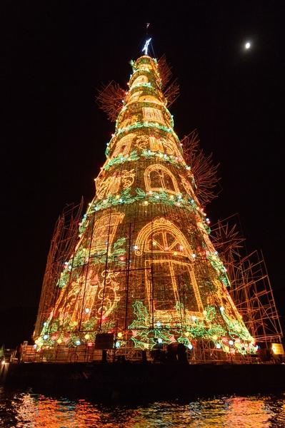 2014年12月2日,巴西里約熱內盧,85米高的浮動聖誕樹照亮羅德里戈弗雷塔斯潟湖。(YASUYOSHI CHIBA/AFP/Getty Images)