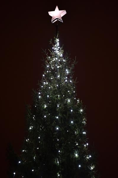 2014年12月4日,英國倫敦,特拉法加廣場點亮誕聖樹。(BEN STANSALL/AFP/Getty Images)
