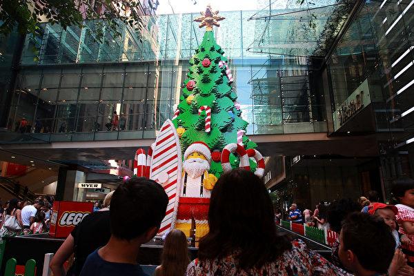 2014年12月7日,澳大利亞悉尼,皮特街商場一棵樂高聖誕樹。(Lisa Maree Williams/Getty Images)