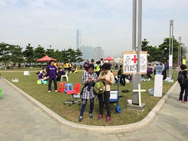 由一群學者、教牧、社工、專業輔導員及心理學者組織的心靈支援站已開始運作,地點在添馬公園,有義工在場為佔領者提供急救及心理輔導服務。(香港獨立媒體臉書)