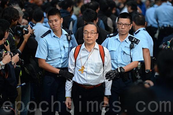 11日下午金钟清场,在场大批占领人士,包括多名泛民立法会议员、学联及学民思潮成员,手扣手坐在地上,坚持留守,警员将他们拘捕带返警署。图为议员梁家杰。(宋祥龙/大纪元)