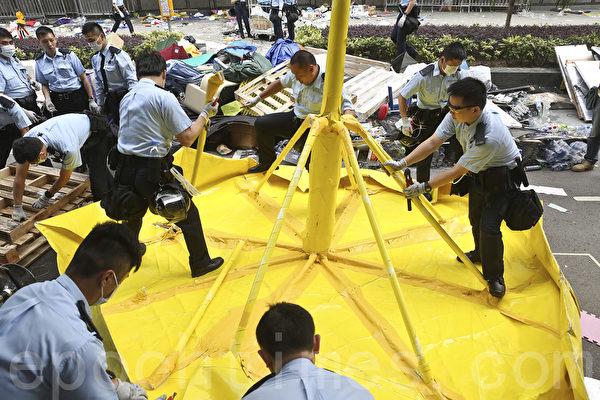警方下午约二时开始金钟占领区清场行动,分别由东西两路,向政府总部附近推进,期间移除占领人士设置的障碍物及留下的帐篷。(余钢/大纪元)