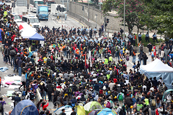 2014年12月11日,在禁制令清场后,香港警方出动大批警力对金钟雨伞广场进行全面的清场,并拘捕多名泛民主派立法会议员和学生代表。(潘在殊/大纪元)