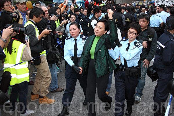 2014年12月11日,在禁制令清场后,香港警方出动大批警力对金钟雨伞广场进行全面的清场,民主党主席刘慧卿被捕。(潘在殊/大纪元)