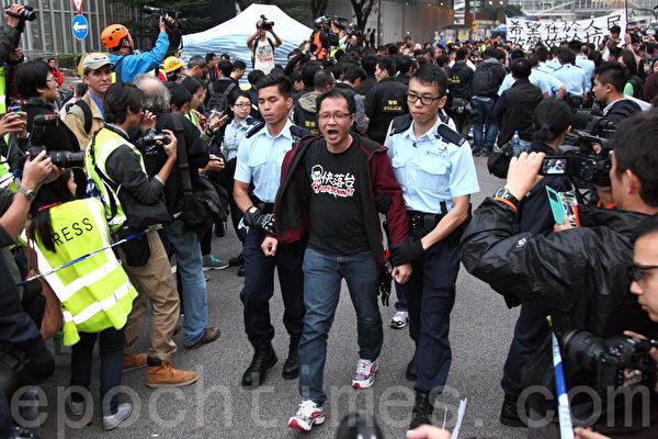 2014年12月11日,在禁制令清场后,香港警方出动大批警力对金钟雨伞广场进行全面的清场,支联会副主席蔡耀昌被捕。(潘在殊/大纪元)