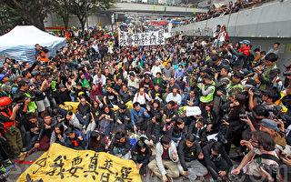 组图:200多人坚守被捕 多人被抬上警车