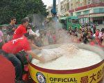 將肉及油蔥鋪在冒煙的白飯上,完成金氏世界紀錄。(嘉義市政府提供)