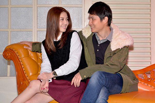 韓瑜(左)與孫協志夫妻同台,大曬恩愛。(三立提供)