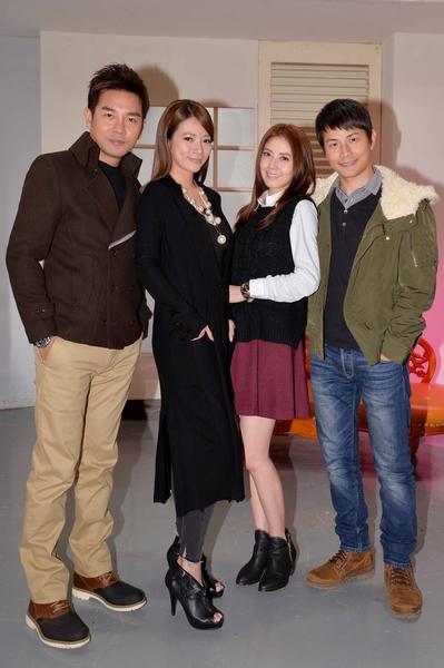 韓瑜(右二)最近加入三立八點檔的演出,老公孫協志(右)、(左起)謝承均、高宇蓁在棚內熱烈歡迎她。(三立提供)