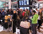 英國航管中心電腦12日當機導致倫敦空域需要關閉,造成數以百計的航班嚴重延誤。圖為希斯路機場三號航站等候的乘客。(Peter Macdiarmid/Getty Images)