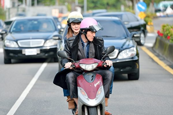 腳長身長的謝佳見騎著小摩托車,被曾之喬笑像長頸鹿。(三立提供)