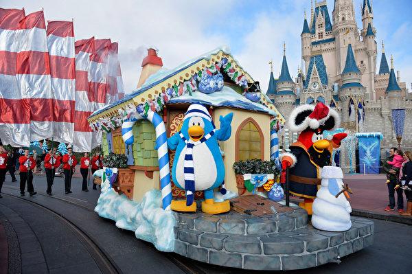 2014年12月9日,美國奧蘭多迪士尼樂園日前舉行花車遊行,今年的主題是《冰雪奇緣聖誕慶典》。圖為迪士尼卡通人物。(Mark Ashman/Disney Parks via Getty Image)