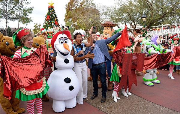 2014年12月9日,美國奧蘭多迪士尼樂園日前舉行花車遊行,《冰雪奇緣》裡的雪人雪宝與小影迷一起慶祝聖誕。(Mark Ashman/Disney Parks via Getty Image)