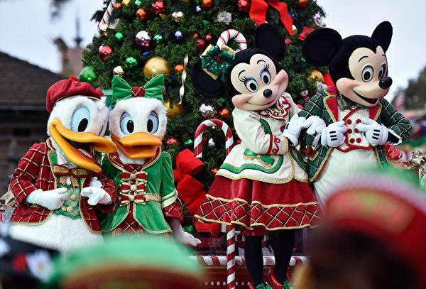 2014年12月9日,美國奧蘭多迪士尼樂園日前舉行花車遊行,今年的主題是《冰雪奇緣聖誕慶典》。圖為迪士尼卡通人物米奇、米妮和唐老鴨。(Mark Ashman/Disney Parks via Getty Image)