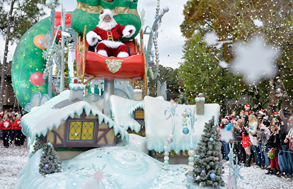 2014年12月9日,美國奧蘭多迪士尼樂園日前舉行花車遊行,今年的主題是《冰雪奇緣聖誕慶典》。圖為聖誕老人。(Mark Ashman/Disney Parks via Getty Image)