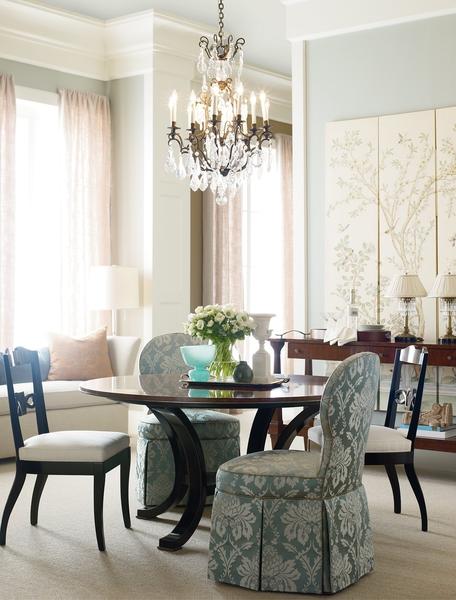 燭台吊燈,花鳥屏風,掩蓋不住地的藝文味。(Eastern Furniture提供)