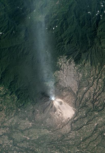 2月6日,印尼錫納朋火山噴發景象。(NASA/AFP)
