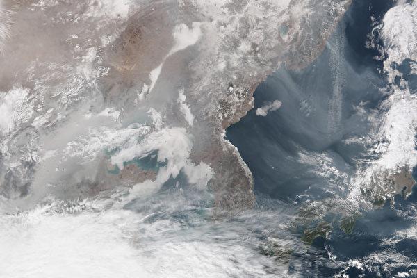 2月25日的NASA衛星圖片,從中看出中國大陸的陰霾正在加重,並隨風移向周邊的朝鮮半島和日本。(NASA/AFP)