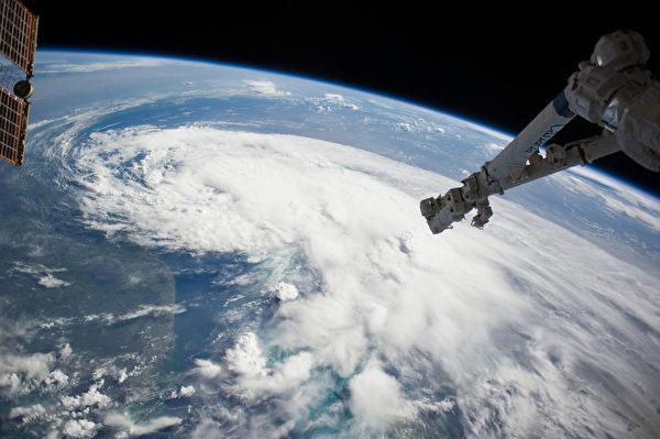 7月2日,熱帶風暴順著美國佛羅里達海岸線北上。(NASA/AFP)