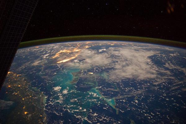 宇航員Reid Wiseman在加勒比海上空225海里處拍攝到的7月15日凌晨。(NASA/AFP)