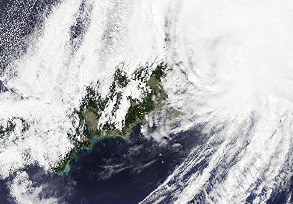 10月6日NASA拍攝到的日本上空的颱風,當時它正以130公里的時速登陸日本靜岡縣,帶去最大高達480毫米的降水,造成近67萬居民離家避難。(NASA/AFP)
