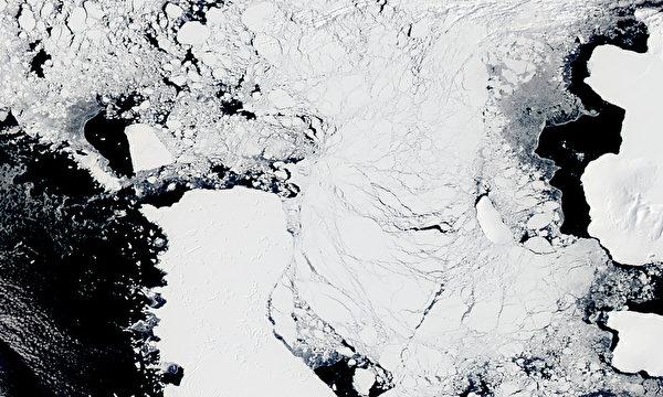 NASA於11月22日觀測到的南極附近的冰山。每年11月的夏季,都會從南極大陸分離出大量冰山,其中不乏直徑長達18公里的龐然大物。(NASA/AFP)