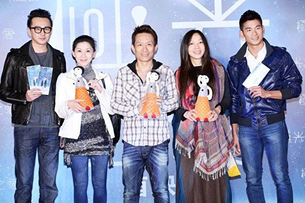 李国修创办的屏风表演班子弟兵力挺,(左起)狄志杰、颜嘉乐、郭子乾、万芳、亮哲。(香港甲上提供)