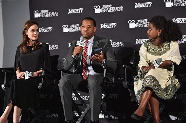 2014年12月9日,《绑架式婚姻》亮相《综艺》杂志特别展映会,(左起)制作人安吉丽娜‧朱莉和导演梅哈里、主演海奇瑞在座谈。(Alberto E. Rodriguez/Getty Images)