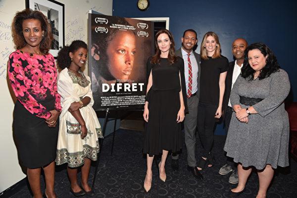 2014年12月9日,《绑架式婚姻》亮相《综艺》杂志特别展映会,制作人安吉丽娜‧朱莉(中)和众位主创出席。(Alberto E. Rodriguez/Getty Images)