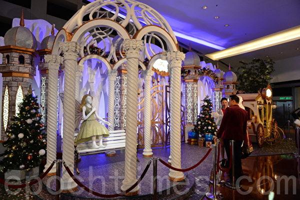 香港各大商場布置各種美麗的裝飾迎接聖誕節和新年。圖為又一城商場。(宋祥龍/大紀元)