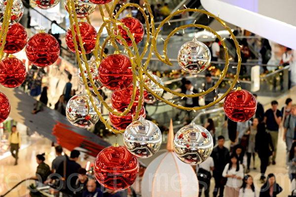 香港許多人潮聚集的地方,布置各種美麗的裝飾迎接聖誕節和新年。圖為又一城商場。(宋祥龍/大紀元)