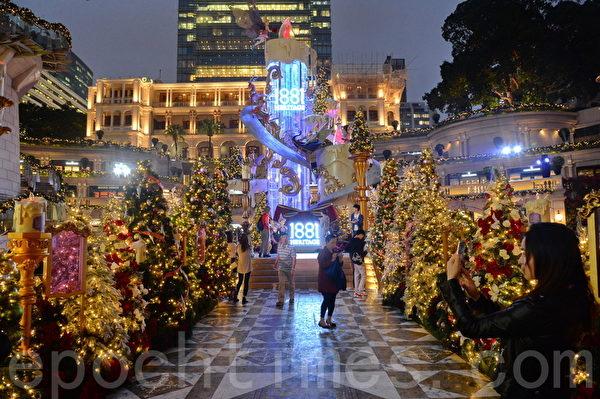 香港許多人潮聚集的地方,布置各種美麗的裝飾迎接聖誕節和新年。圖為尖沙咀1881。(宋祥龍/大紀元)